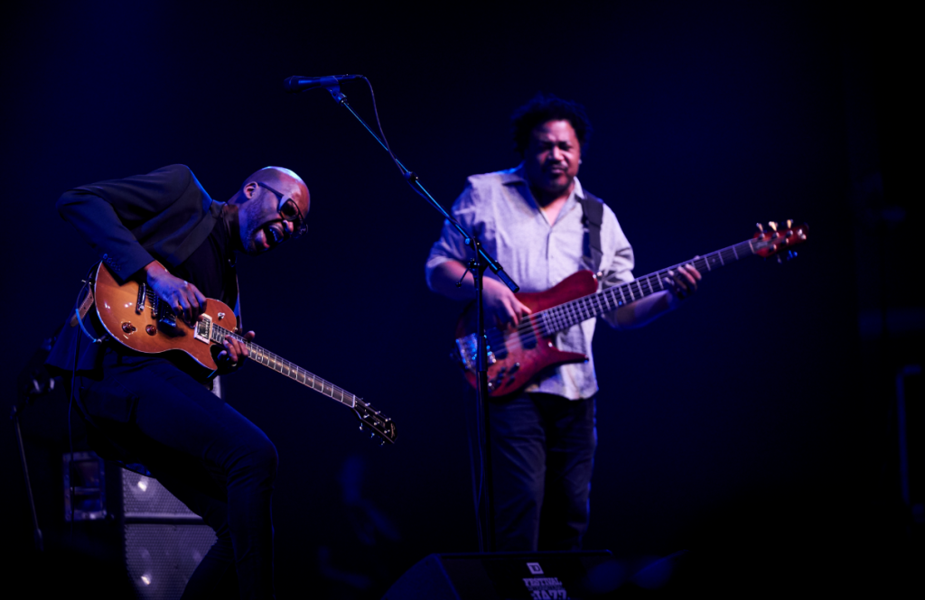 Lionel Loueke et James Genus. Photo Benoit Rousseau-Courtoisie FIJM